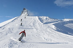 Matterhorn Ski Paradise - Skifahrer mit Berg Matterhorn im Hintergrund