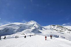 Skifahrer und Skipiste in Saas Fee