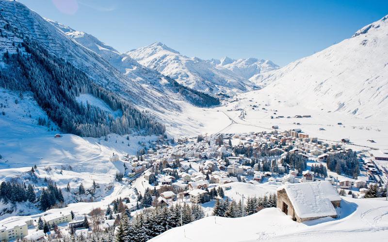 Skiarena Andermatt-Sedrun - Winterlandschaft von Andermatt mit Loipen und Ortsansicht
