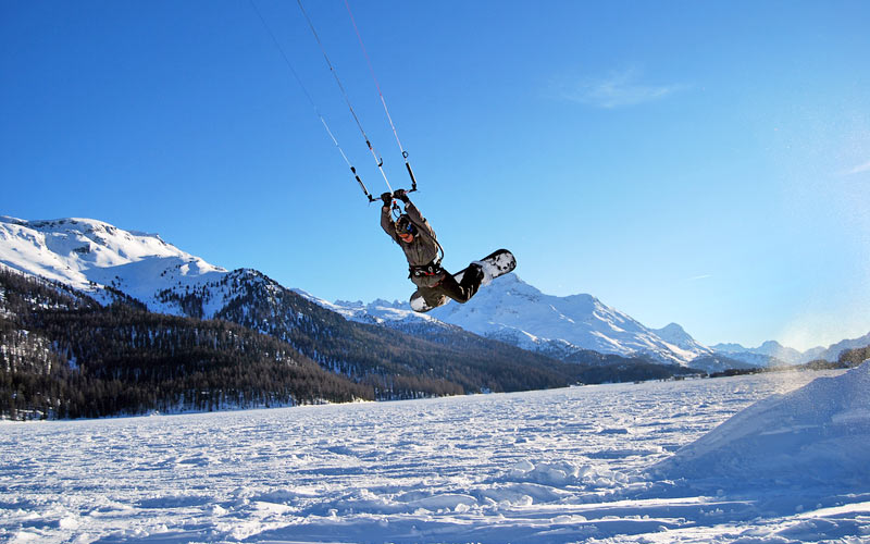 Für Abenteuerlustige: Snowkiting in Corviglia