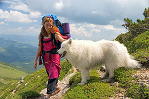 Mädchen bei ihrem Urlaub mit Hund in der Schweiz