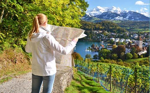 Wanderer beim Herbst- Urlaub in der Schweiz