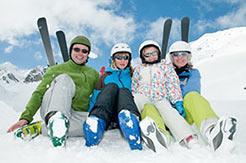Famile beim Skiurlaub